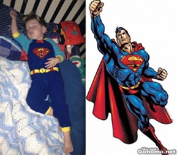 Un gamin en train de dormir avec son costume de Superman est vraiment a fond dans son reve