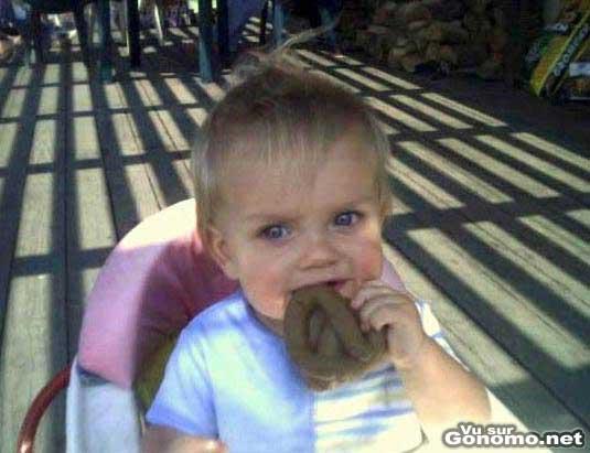 Un enfant qui se regale avec un gros caca ! lol