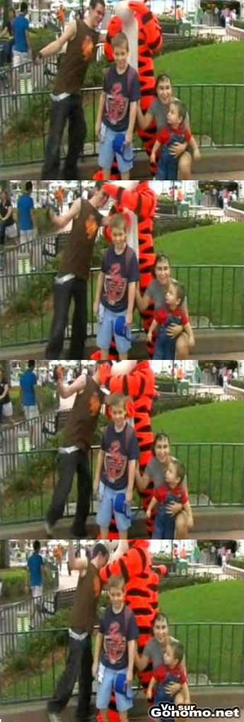 Un mec deguise en Tigrou s en prend a un garcon dans un parc Disney !