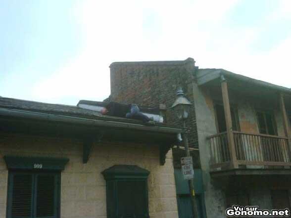 un mec fait une petite sieste sur la toiture d une maison