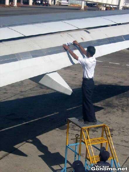 Il repare une aile d avion avec du bon vieux scotch :s