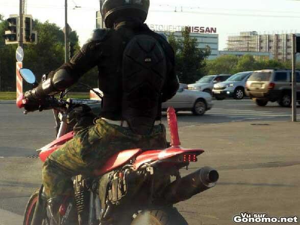 La passagere de cette moto a oublie quelque chose