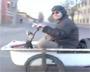 Une moto insolite fait maison avec une baignoire. On en croise pas tous les jours sur les routes