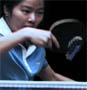 Elles jouent au ping pong avec une grenade ... mouais pourquoi pas ? :)