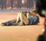 Ce couple n a pas trouve d endroit plus romantique que les emeutes de Vancouver pour s embrasser