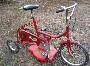 Invention insolite : un tricycle qui fait aussi tondeuse a gazon