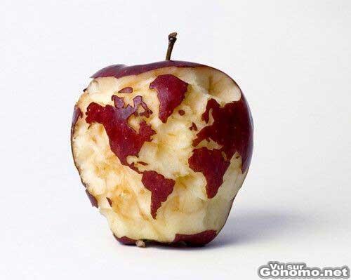 Il sculpte la carte du monde sur une pomme