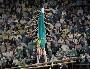 Un gymnastique aux barres paralleles bien soutenu par ses supporters ...