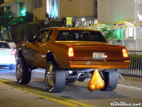 La nouvelle mode Us, mettre des couilles sous sa voiture lol