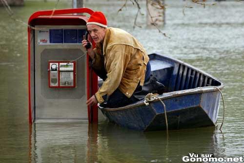 Inondations : un mec coince sur sa barque appelle d une cabine telephonique