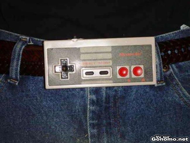Boucle de ceinture originale : il recycle sa manette de Nintendo pour attacher sa ceinture