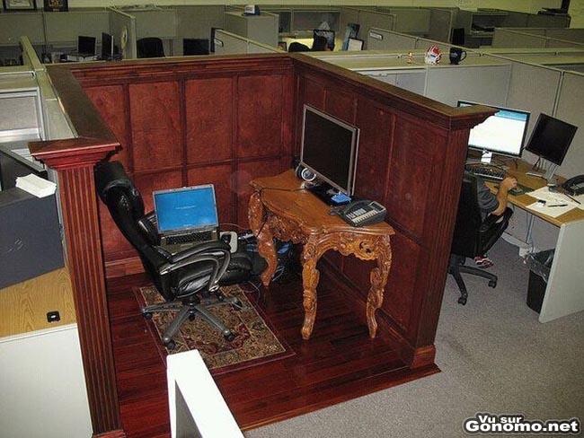 Le box d un employe de bureau qui a opte pour une decoration classique et ancienne