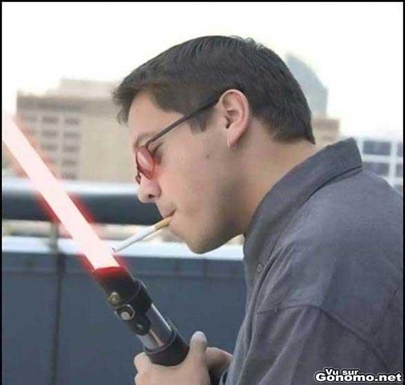 Il allume sa clope avec un sabre laser :s