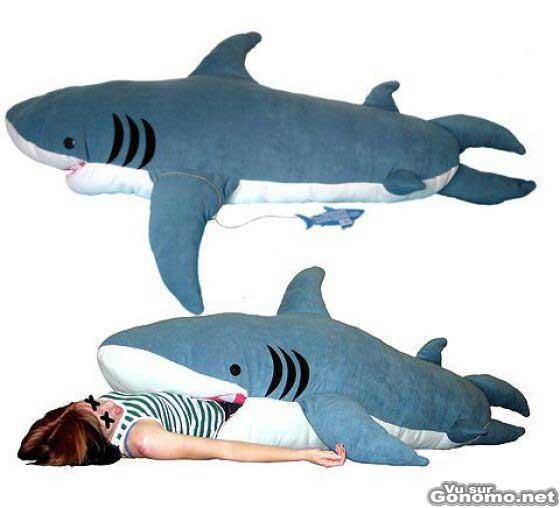 Un gros requin en peluche qui peut servir de sac de couchage