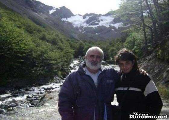 Une jolie photo de vacances a la montagne avec le pere et le fils mais y a juste un hic ! lol