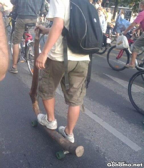 Une trottinette fait maison avec un pauvre bout de bois et des roues de skateboard