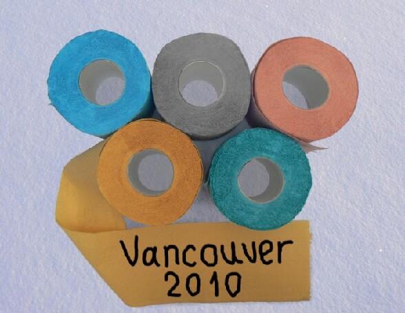 Vancouver 2010 : le sigle des Jeux Olympiques avec des rouleaux de papier toilette