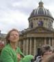 Photo de vacances : une touriste qui va garder un tres bon souvenir de son voyage a Paris :)