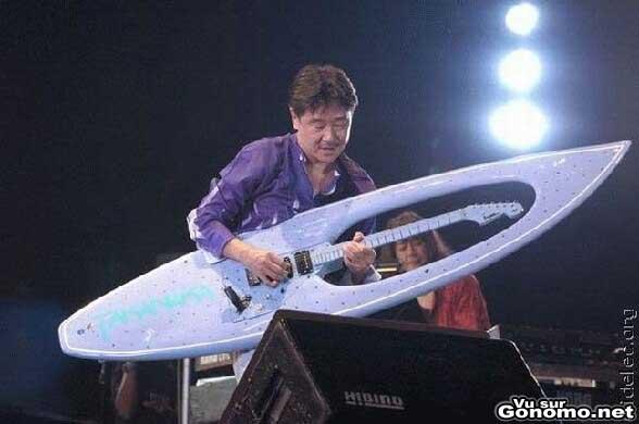 Une guitare en forme de planche de surf