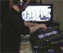 Un dj qui fait une belle performance live en video avec du bon matos de folie