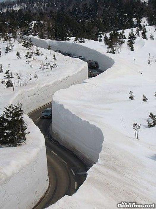 Une route de montagne qui passe au milieu de murs de neige de plus de 5 metres de haut