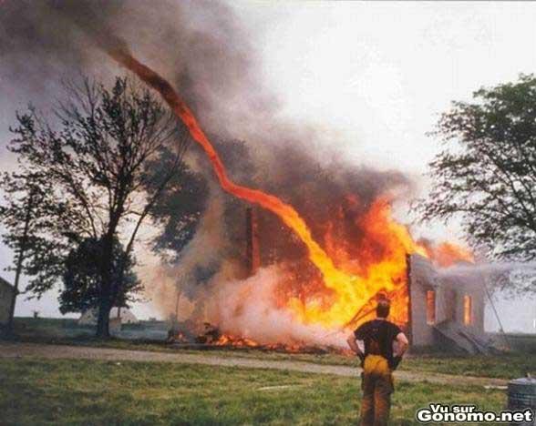 Une tornade en feu detruit entierement cette grosse maison ! :o