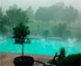 Une tempete de grele impressionnante sur une piscine. C est pas le moment de faire trempette !