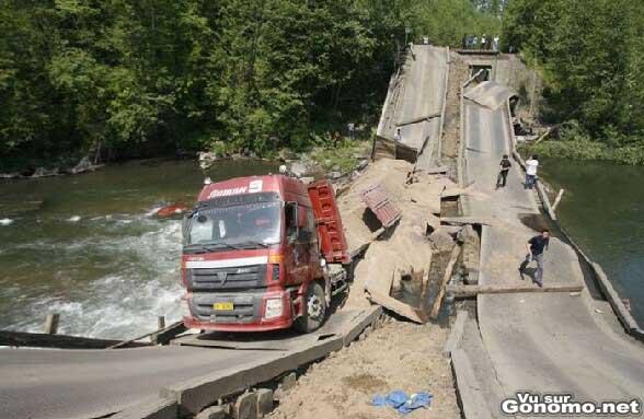 Un pont au dessus d une riviere qui s effondre sous le poids d un camion trop charge