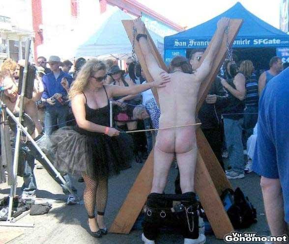 Un stand de fessees en public et en plein air !