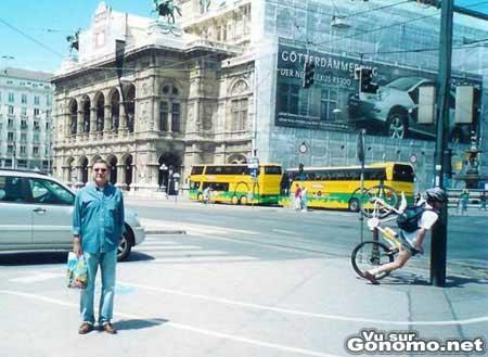 Un cycliste se prend un poteau en plein face dans la rue