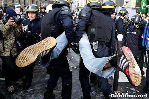 Une interpellation musclee de la police qui souleve un manifestant !