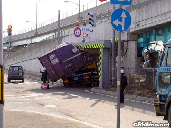 Il arrache la remorque de son camion en essayant de passer sous un pont trop bas pour lui
