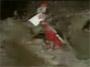 Un journaliste qui fait une belle chute dans de la boue