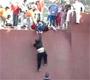 Un garcon coince au milieu d une rampe de skate ... et il a du public !