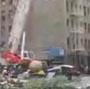 Une boule de demolition percute une voiture en marche !
