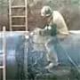 Un ouvrier qui fait du rodeo sur un gros tuyau qu il est en train de sectionner ! :)