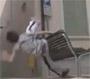 Parkour fail : une belle chute qui sur un banc pour cet amateur de parkour. Ouch !
