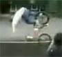 Grosse chute en bmx apres enorme saut ! :o