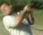 Mais pourquoi il tient son fusil comme ca aussi ? Il est debile !