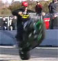 Wheeling fail : une sacree chute sur le dos en moto apres un wheeling d une demi-seconde !