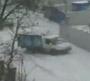 Une rue enneigee en Russie theatre de belles chutes et glissades en voiture