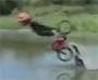 Il tente de faire un saut a velo dans un lac mais le tremplin casse !