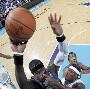 Technique de contre original au basket, mettre les doigts dans le nez de son adversaire ...
