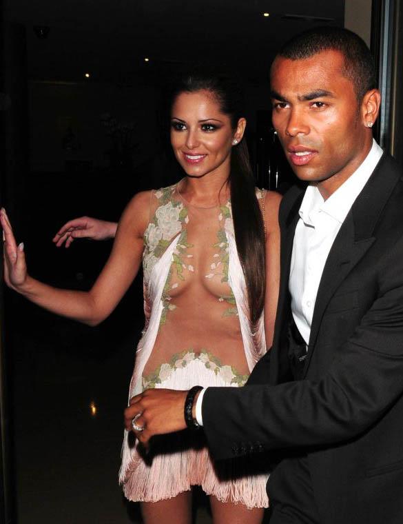 La chanteuse Cheryl Cole (Girls Aloud) tres sexy dans sa robe transparente