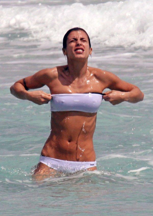 La top model italienne Elisabetta Canali a la plage