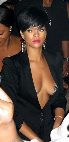 Rihanna les seins a l air ornes d etoiles argentees