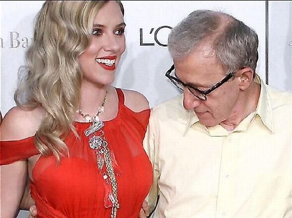Le realisateur Woody Allen captive par la poitrine de Scarlett Johansson