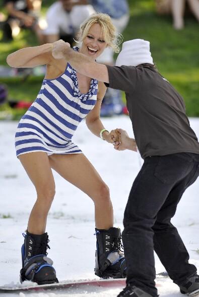 Meme au sport d hiver Pamela Anderson arrive a montrer sa culotte :p