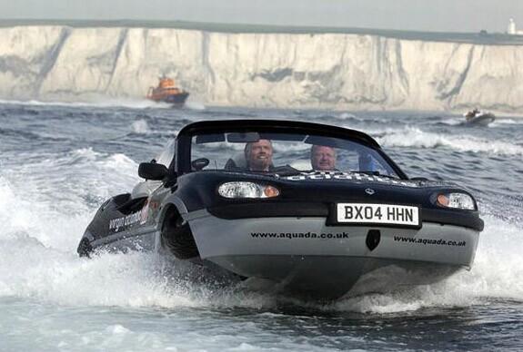 Le pdg de Virgin, Richard branson etablit un nouveau record de traversee en voiture amphibie