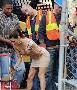 La sexy Eva Longoria en jupe se fait mater par des ouvriers visiblement sous le charme